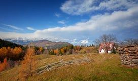 Autumlandschap in Zemelen, voor de berg Brasov, Roemenië van Piatra Craiului Stock Foto's