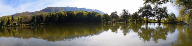 Autumn有树的反射的湖全景 免版税图库摄影