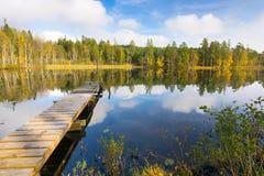Autumn湖和木桥 库存图片