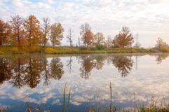 Autumn湖薄雾薄雾在秋天盖了湖 库存照片