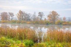 Autumn湖薄雾薄雾在秋天盖了湖 图库摄影
