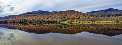 Autumn Adirondack Lake Water Reflections ningún 13 imagen de archivo