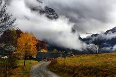 Autumn Alpine-landschap met wolken Royalty-vrije Stock Fotografie