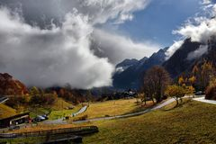 Autumn Alpine-landschap met wolken Royalty-vrije Stock Afbeeldingen