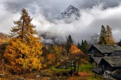 Autumn Alpine-landschap met wolken Royalty-vrije Stock Foto's