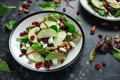 Autumn Apple Cranberry Salad caseiro com noz, queijo de feta e vegetais foto de stock