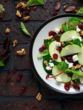 Autumn Apple Cranberry Salad caseiro com noz, queijo de feta e vegetais imagens de stock