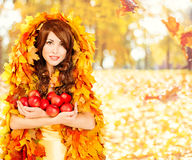 Autumn Apples, caída de las frutas de la mujer de la moda deja la ropa Fotografía de archivo libre de regalías