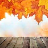 Autumn Background mit leerem Holztisch Lizenzfreies Stockbild
