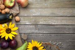 Autumn Background på trä arkivbild