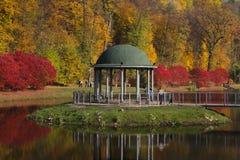 Autumn Background Trees Reflected In bonito a lagoa foto de stock