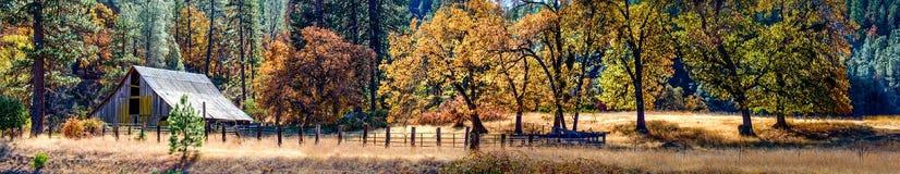 Autumn Barn y color de la caída imagenes de archivo