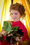 Autumn Beauty - maquillaje de la moda con las hojas de otoño rojas en muchacha él Fotografía de archivo