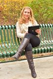 Autumn Blond mit Tablet Lizenzfreies Stockbild