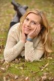 Autumn Blond op grond Stock Foto