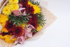 Autumn Bouquet rouge et jaune sur le fond blanc Wraped en papier de métier Images libres de droits