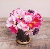 Autumn Bouquet van bloemen in rood, schaduwen van purple, roze Kosmos, korenbloemenkosmeja, Bloemsamenstelling op houten Stock Foto