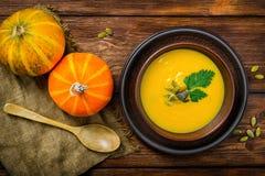 Autumn Butternut Squash Soup hecho en casa rústico foto de archivo libre de regalías