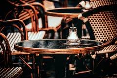 Autumn Cafe: v?ntande p? bes?kare arkivbild