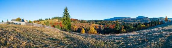 Autumn Carpathian by, Ukraina Arkivfoton