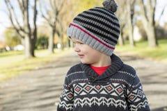 11 autumn child Ståenden av en pojke på höst parkerar Arkivbild