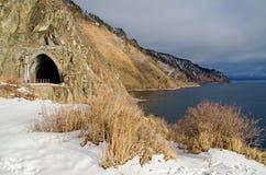 Autumn Circum-Baikal Railway met sneeuw op zuidenmeer Baikal royalty-vrije stock foto