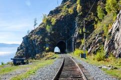Autumn Circum-Baikal Railway sur le lac Baïkal du sud Photographie stock libre de droits