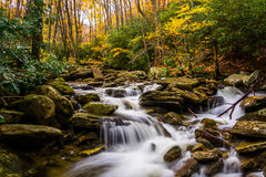 Autumn color and cascades on Boone Fork along the Blue Ridge Par Stock Image