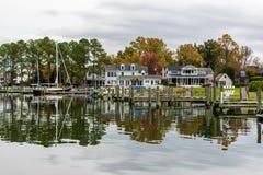 Autumn Color la orilla y el puerto de la bahía de Chesapeake en St Michaels imagen de archivo