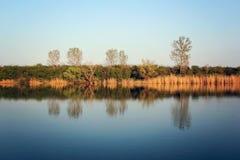Autumn Colorful Trees Reflecting en rivière tranquille photo stock
