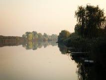 Autumn Colorful Trees Reflecting en rivière tranquille photos stock
