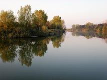 Autumn Colorful Trees Reflecting en rivière tranquille images stock