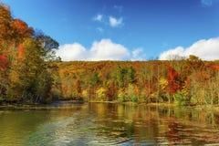Autumn Colors Along a costa do lago mountain das baías imagem de stock royalty free