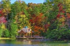 Autumn Colors Along a costa do lago mountain das baías foto de stock royalty free