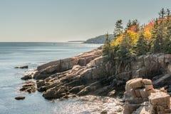 Autumn Colors auf Rocky Maine Coast Stockbilder