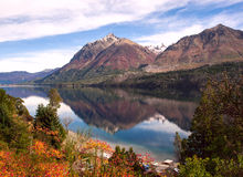 Autumn Colors en el lago Gutiérrez, cerca de Bariloche Imagenes de archivo