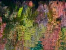 Autumn Colors Relected auf Fluss Mississipi lizenzfreie stockfotografie