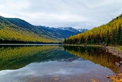 Autumn Comes a un lago wilderness Imagen de archivo libre de regalías