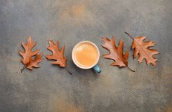 Autumn Composition com xícara de café e Autumn Leaves no fundo de pedra ou concreto Foto de Stock Royalty Free