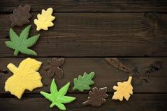 Autumn Cookies auf hölzernem Hintergrund II Stockfotos