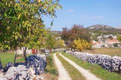 Autumn Country Road La Bosnia-Erzegovina, Repubblica Serba fotografia stock