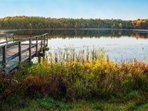 Autumn Day Dock en el lago Foto de archivo libre de regalías