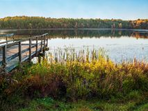 Autumn Day Dock no lago Foto de Stock Royalty Free