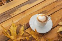 Autumn Fall Background med lönnlöv och koppen - Autumn Card fotografering för bildbyråer