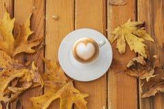 Autumn Fall Background med lönnlöv och koppen - Autumn Card arkivfoton
