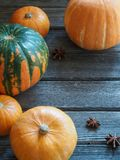 Autumn Fall Pumpkin Thanksgiving Background - calabazas anaranjadas sobre la tabla de madera Fotos de archivo
