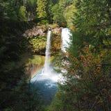 Autumn Falls con l'arcobaleno fotografie stock libere da diritti