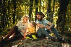 Autumn Family Camping no parque Povos ativos e conceito de família feliz outdoors outono que acampa com crianças, mamã e fotografia de stock