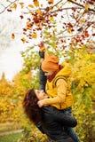Autumn Family en parc d'automne dehors Photographie stock libre de droits