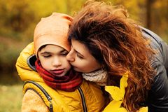 Autumn Family feliz Madre y niño cariñosos imágenes de archivo libres de regalías